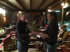 Dirma Doll neemt bloemetje voor Marian in ontvangst